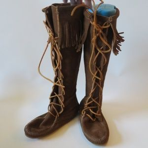 MINNETONKA BROWN SUEDE TALL FRINGED MOCCASI